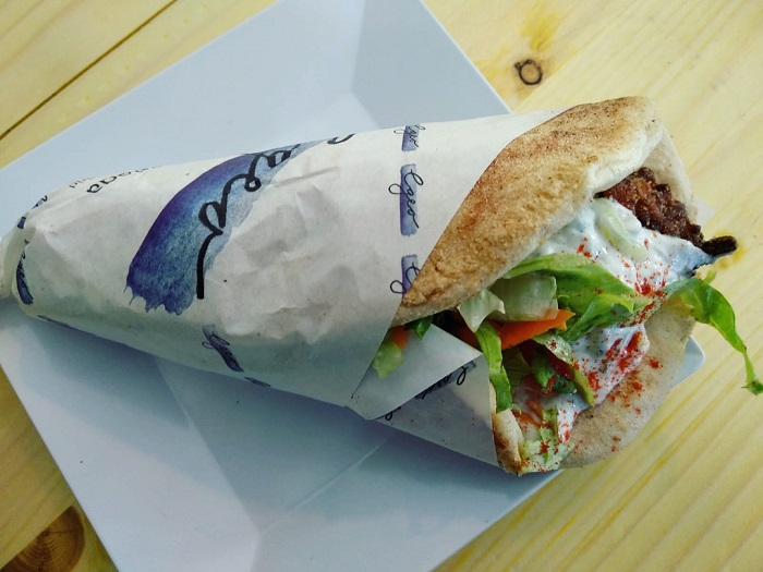El pan de pita es un ingrediente principal de los suvlakis que puedes probar en Egeo Suvlakeria Griega